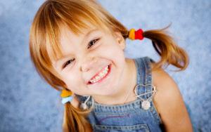 Niña sonriendo después de ir al dentista en Crea Valdemoro