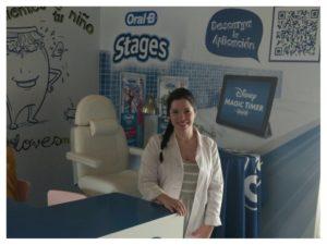 Ana Sada en el stand Oral B